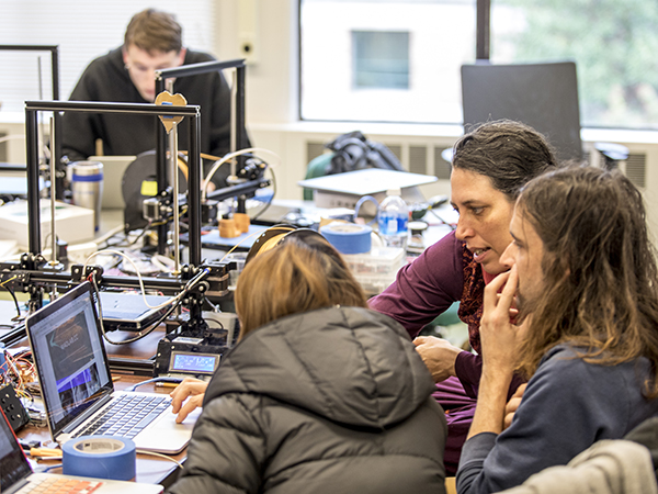 Jennifer Mankoff works with students in her 3D printing class