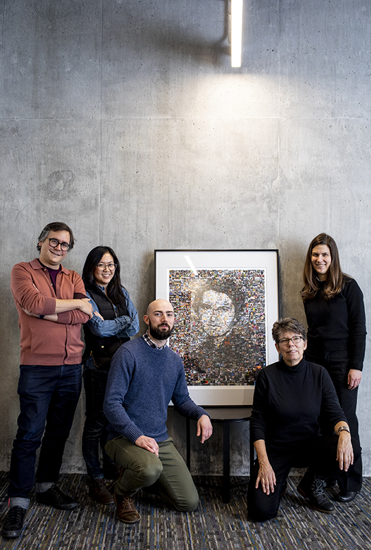 Four MISL lab members pose with artist Kate Thompson and her portrait of Rosalind Franklin